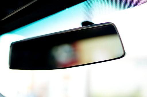 ne a visszapillantó tükörből vezess!