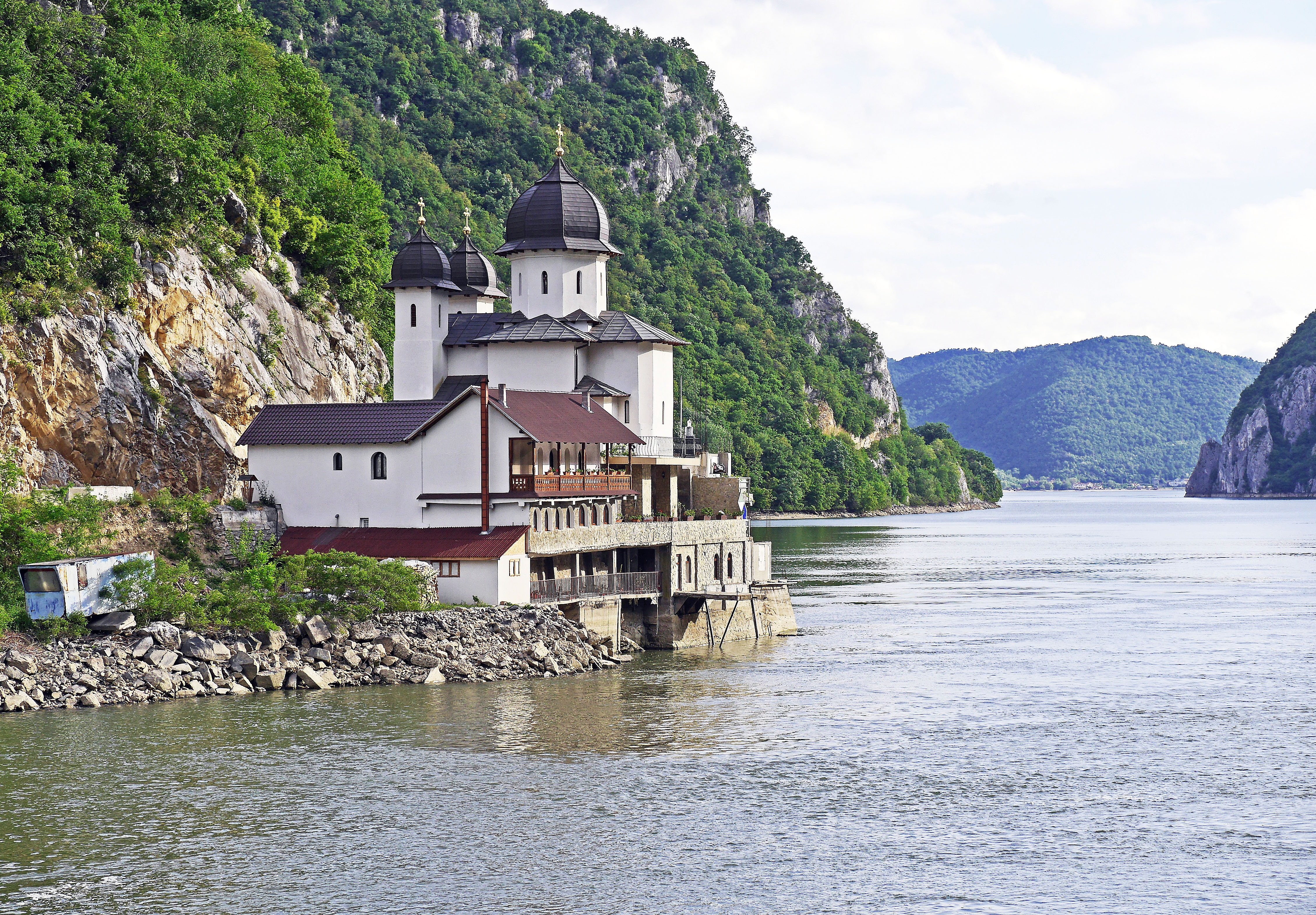 iron-gate-karparten-danube-gorge-abbey-163572